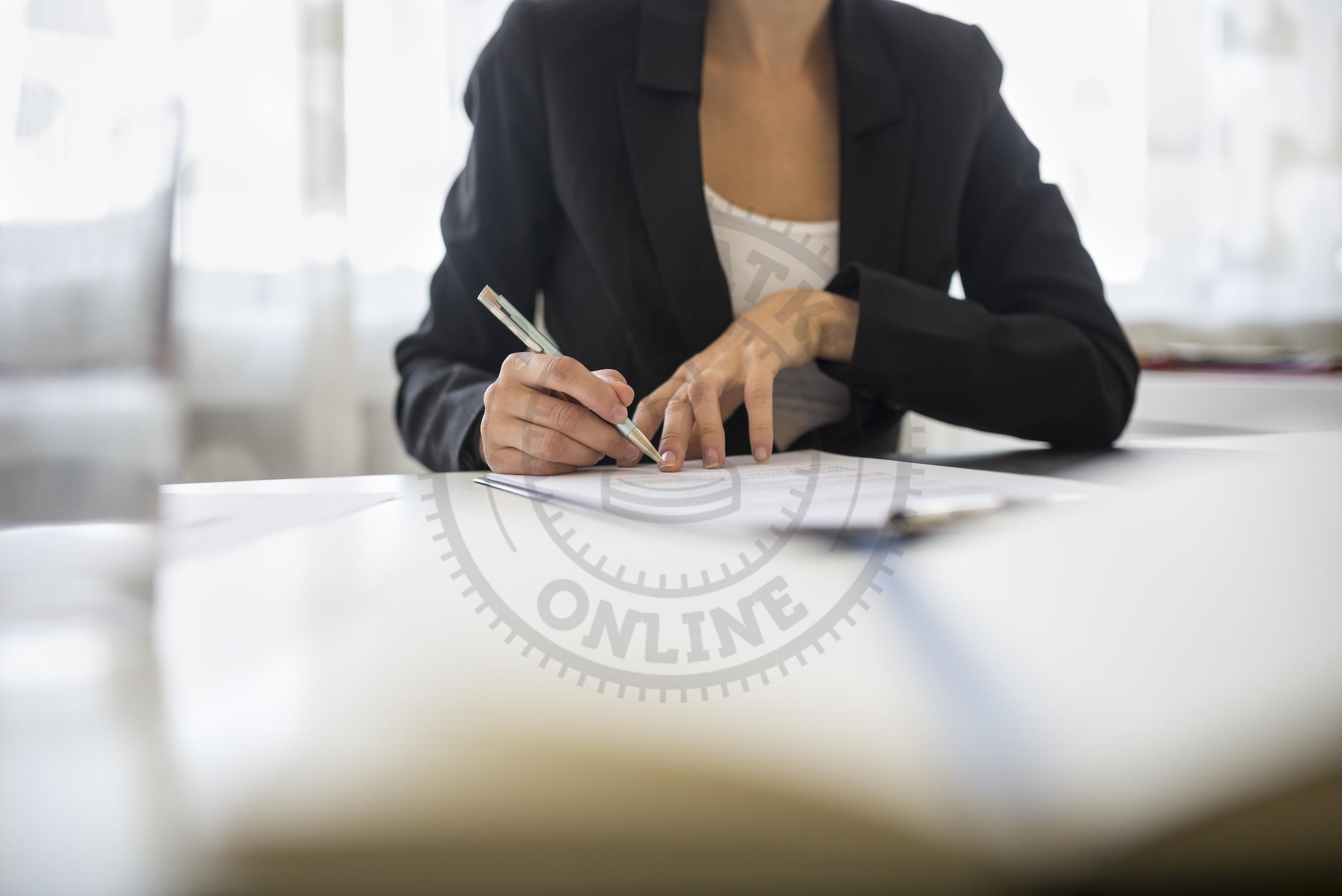 Kobieta wypełniająca dokumenty dla ZUS