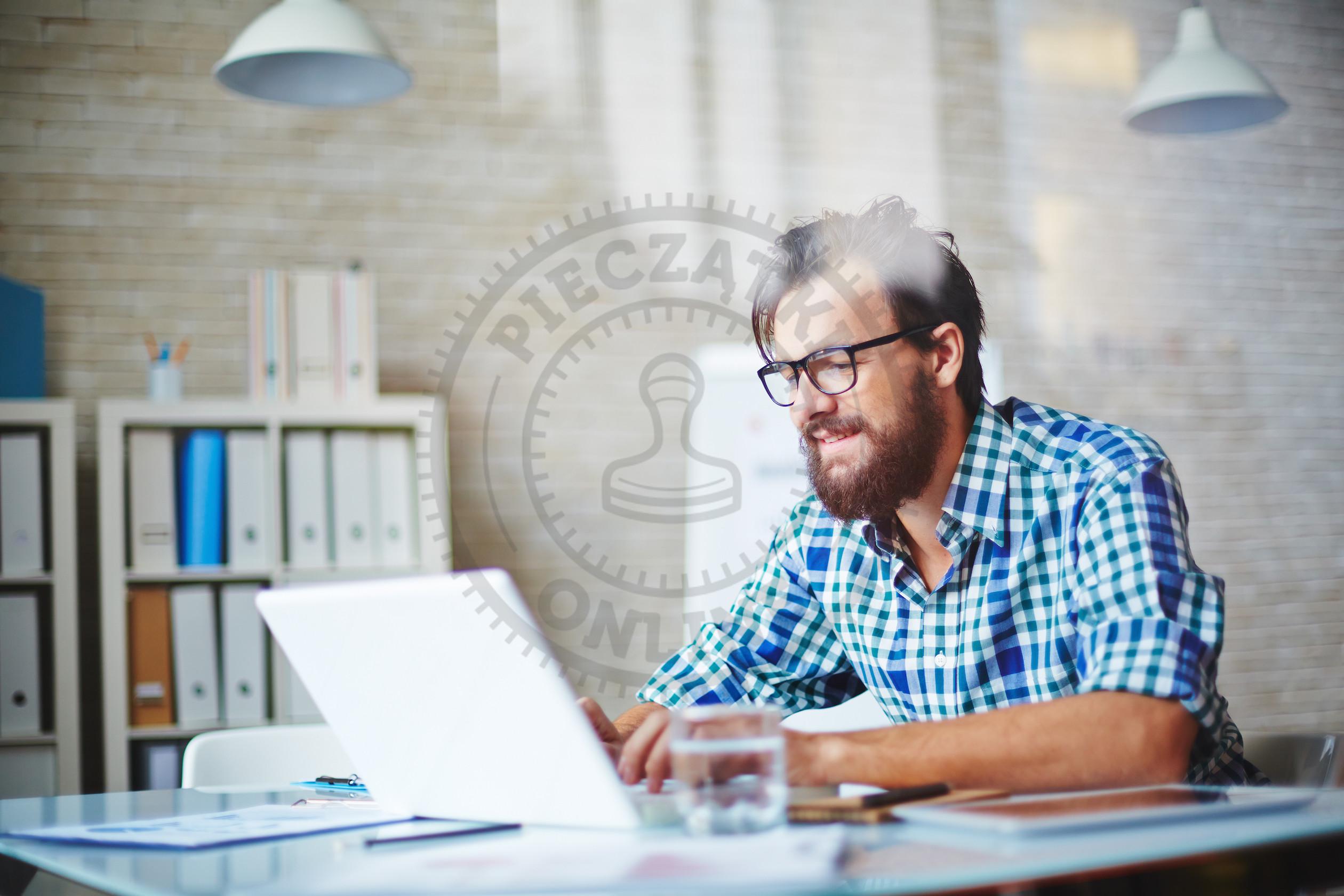 Mężczyzna sprawdzający e-PIT